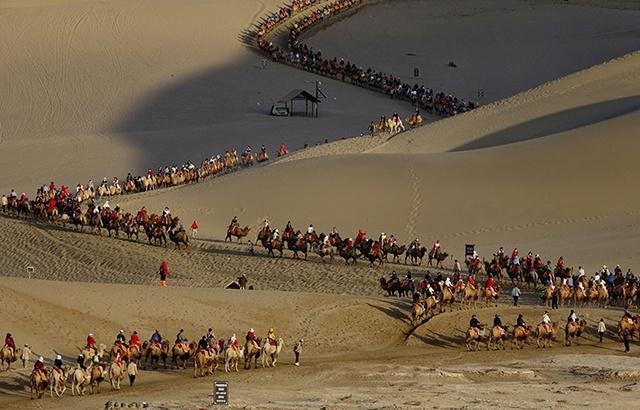 绵延不绝!敦煌鸣沙山壮观的骆驼队伍
