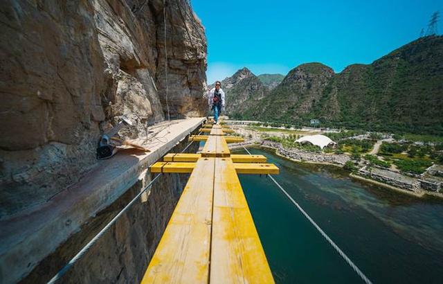 惊险刺激的崖壁穿越,你敢试一试吗