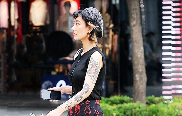 街拍:酷暑中的前衛潮女,超有范兒