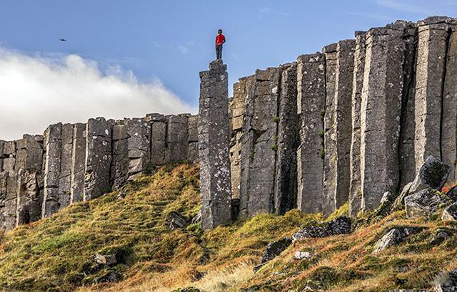 冰島玄武巖石柱群,紅衣少女徒手攀巖!