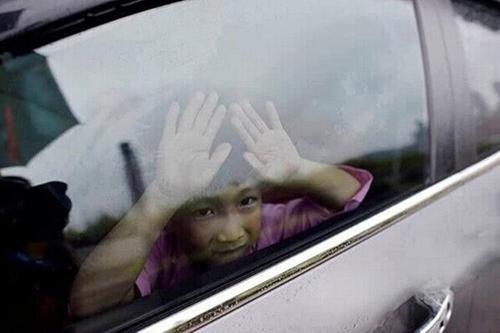 小姐妹在车内被热死谁该承担责任