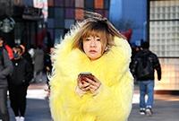 街拍:靓丽耀眼的黄衣美女