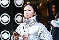 街拍:银色羽绒服美女