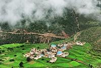 藏寨田园风光
