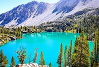 加州高山湖泊美如琥珀