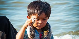洞里萨湖的孩子