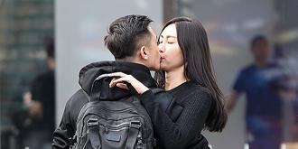 街拍:热恋中的情侣