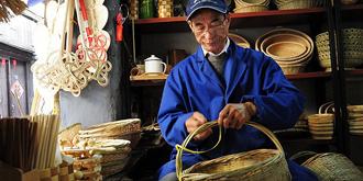 乌镇的竹编工匠