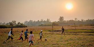 稻田里的足球赛