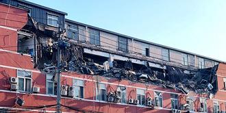 实拍:大厦顶层发生坍塌