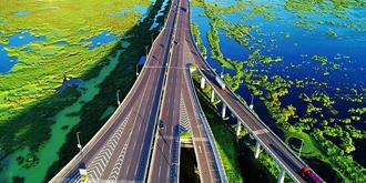当高架桥横跨绝美湿地