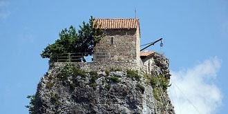 建在石柱顶上的教堂