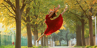 深秋芭蕾舞女孩的优雅身姿