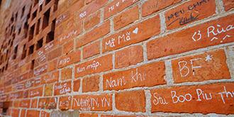 教堂的红砖墙为何遍布签名