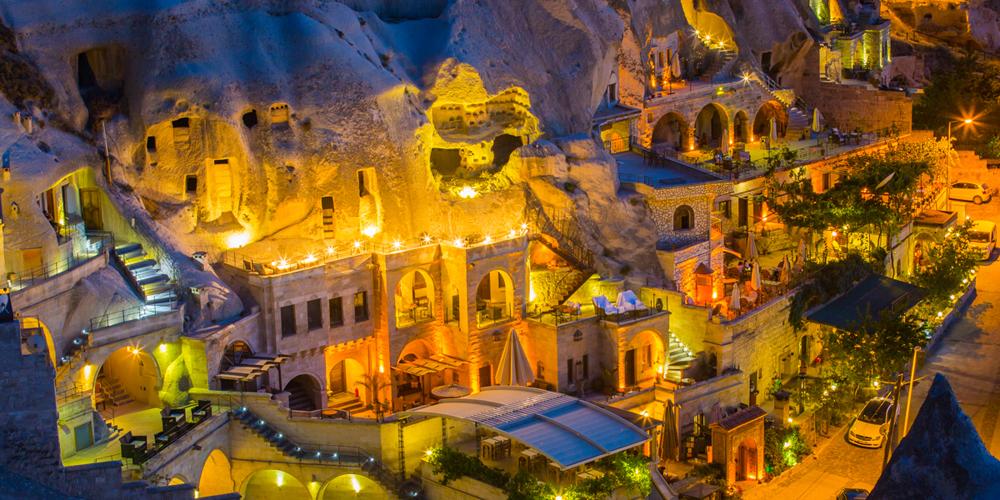 避难洞穴如今成网红酒店