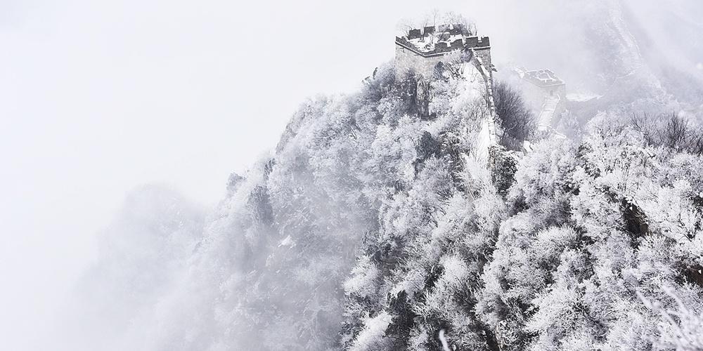 春雪飘落长城