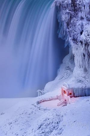 极寒天气里的尼亚加拉大瀑布