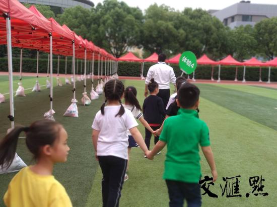 孩子们进入学校大门后怎样进行面谈呢?记者跟着走了一遍流程!