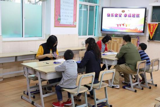 在虹口區民辦宏星小學,今天前來參加面談的孩子在有趣、好玩的活動中完成了一次充滿童趣的快樂活動之旅。何思哲 攝
