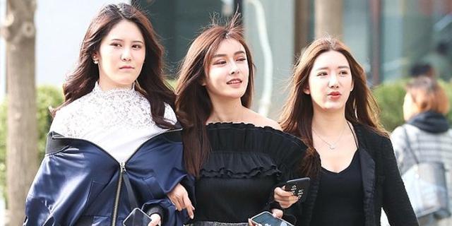 时尚地标的美女三人行