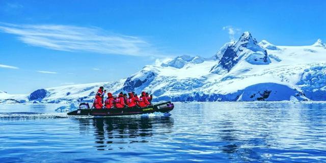 乘冲锋艇巡游南极冰雪世界