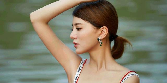阿兰红裙写真优雅迷人