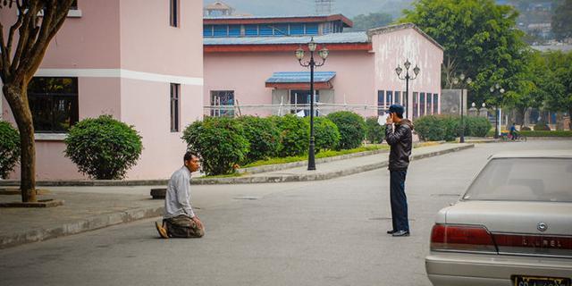 缅甸保安带枪抓小偷