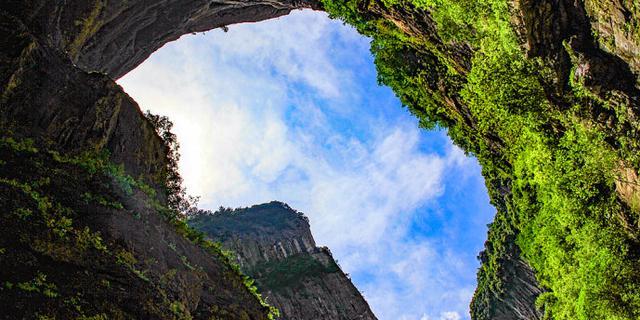 罕见的地质奇观,三桥夹两坑