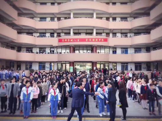 今天文来初中校园开放日一共4场,每场500人。