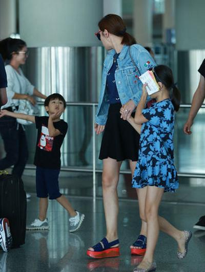 叶一茜同一双儿女现身首都国际机场