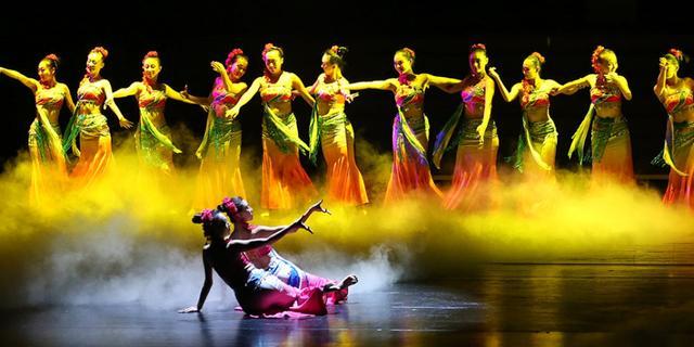 实拍大型民族原生态歌舞