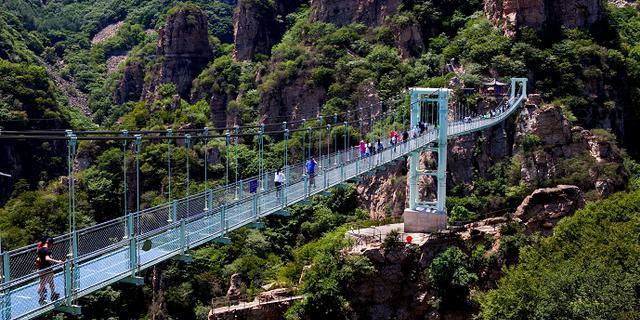 让人心惊胆战的悬空玻璃桥