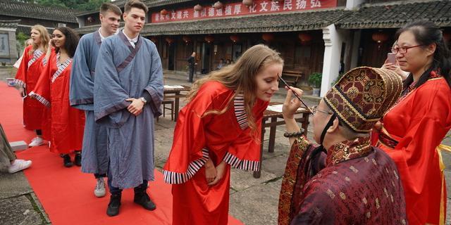 新奇!外国学生体验中式成人礼