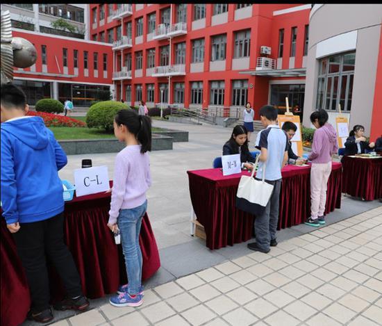 前來世界外國語中學面談的學生正進行信息確認。
