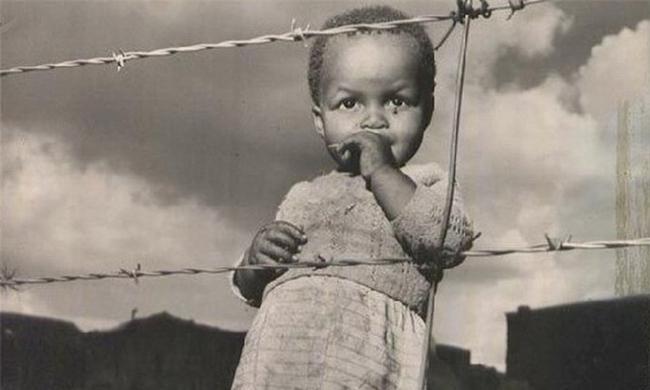 上世纪五十年代的南非,铁丝网前站着一个孩子