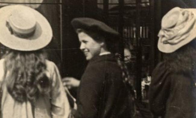 老照片:100年前伦敦街头的姑娘们