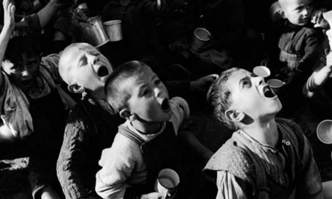 紀實攝影老照片:二戰后的戰爭孤兒