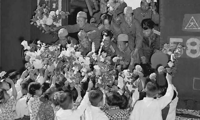 老照片:朝鲜人民欢送中国人民志愿军回国