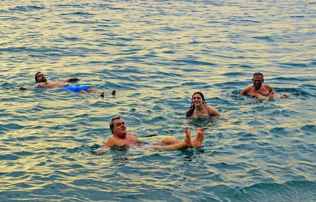 死海的魅力,超越尘世?#25105;话?#30340;漂浮