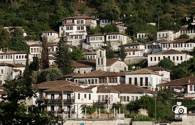 """阿尔巴尼亚神秘的""""千窗之城"""""""