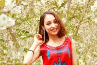 樱花下的维吾尔族美女