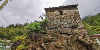 建在巖石上的倉央嘉措行宮