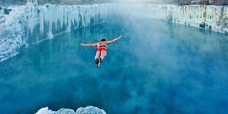 懸崖冰瀑跳水超震撼