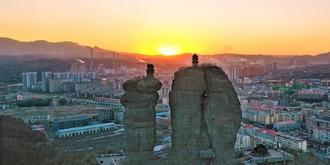 夕陽下奇異的雙塔山