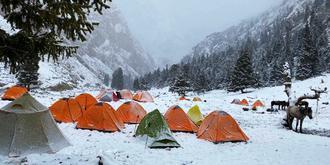 露宿雪中河谷
