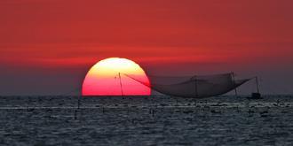 壮观瑰丽的海上落日