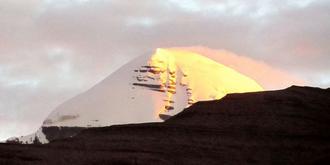 在西藏晨拍神山