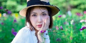 花丛中的白裙美女