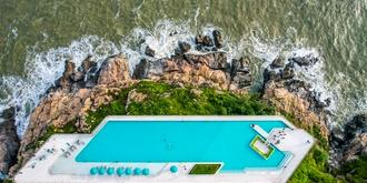 炫酷的海滨悬岩泳池