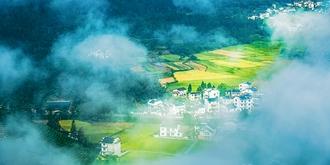 云雾缭绕的柯村
